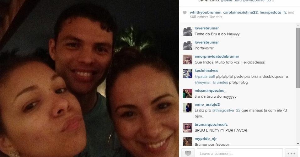 Capitão da seleção brasileir,a Thiago Silva curte folga com companheiros de time e suas namoradas