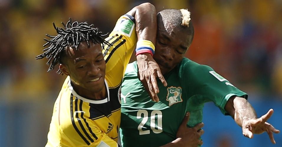 Colombiano Cuadrado e Serey Die disputam muito lance durante jogo entre Colômbia e Costa do Marfim, no Mané Garrincha