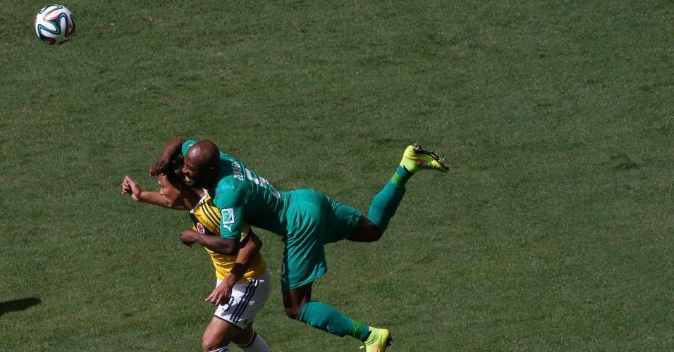 Colombiano Gutierrez e Didier Zokora se agarram na disputa de bola na partida entre Colômbia e Costa do Marfim