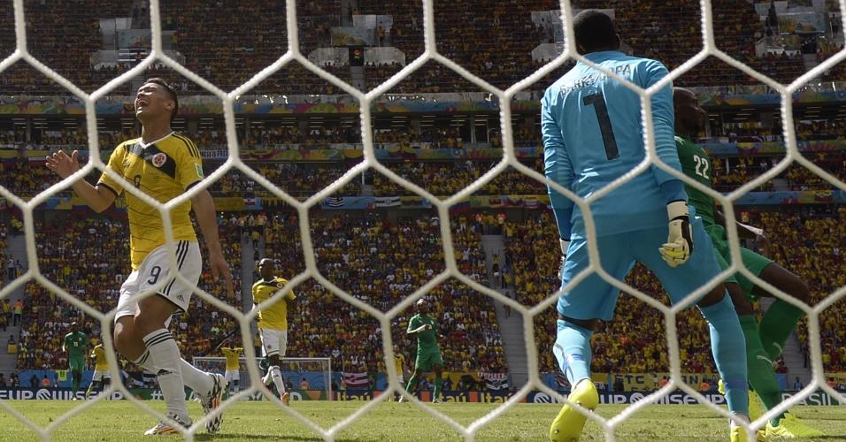 Colombiano Teofilo Gutierrez lamenta chance de gol perdida contra a Costa do Marfim