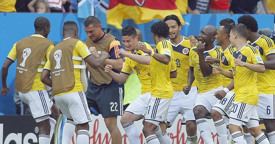 Colombianos dançam em comemoração de gol de James Rodriguez contra a Costa do Marfim