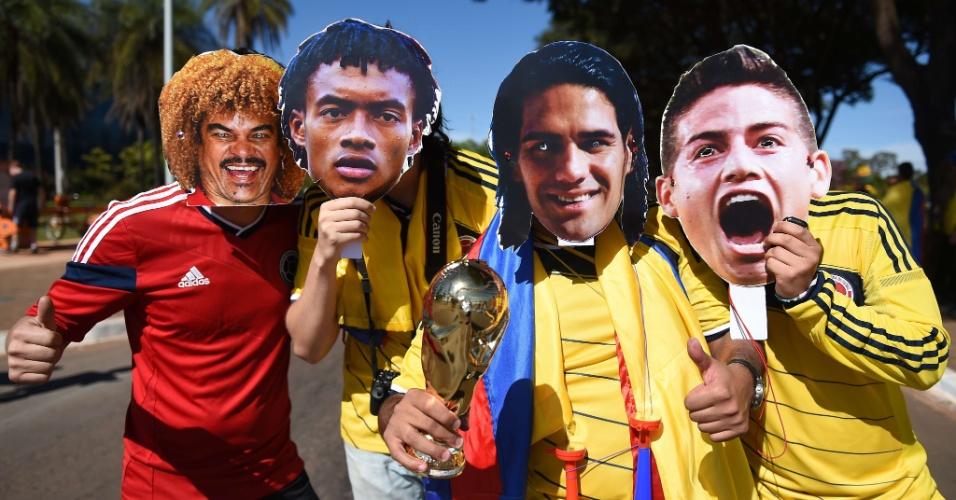 Colombianos exibem máscaras de Valderrama, Cuadrado, Falcao Garcia e James Rodriguez