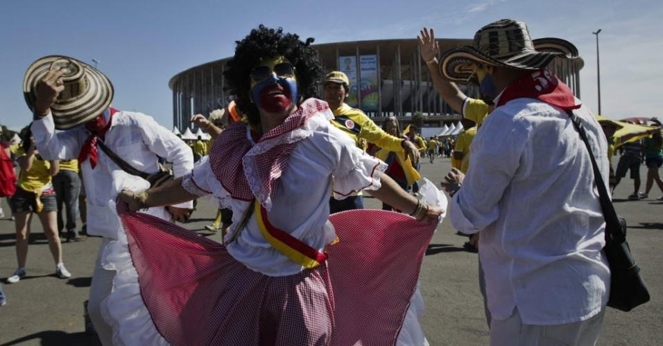 Colombianos usam roupas típicas e dançam em frente ao estádio Mané Garrincha