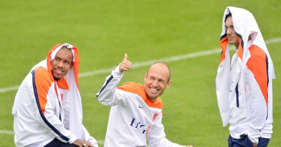 Com a seleção em alta, Robben sorri e faz sinal de positivo durante treinamento da Holanda no Rio de Janeiro