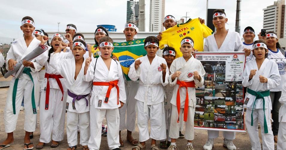 Crianças brasileiras vestidas com kimonos posam para foto no entorno da Arena das Dunas