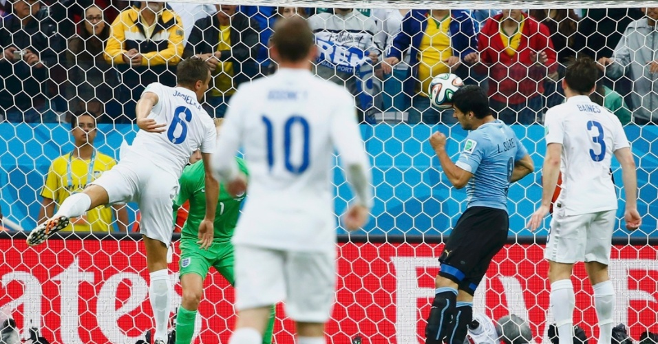 19.jun.2014 - De cabeça, Luis Suárez coloca o Uruguai na frente do placar contra a Inglaterra no Itaquerão
