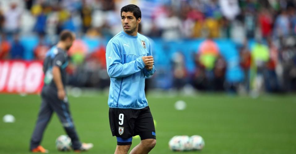 Depois de ficar de fora da estreia do Uruguai, Luis Suárez faz aquecimento no gramado do Itaquerão para o jogo contra a Inglaterra