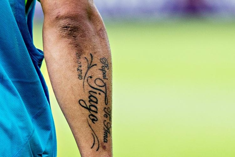 Detalhe da tatuagem no braço do jogador brasileiro Hulk, com homenagem ao seu filho