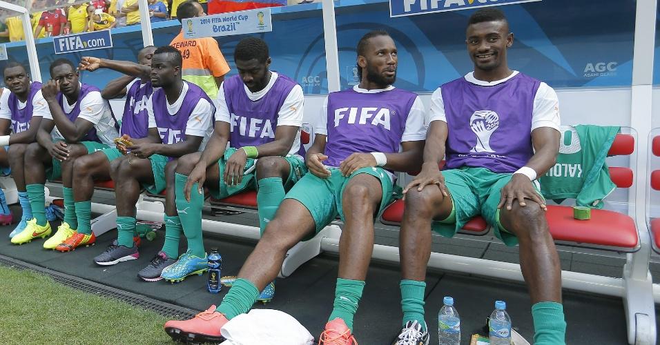 Didier Drogba assiste ao jogo entre Colômbia e Costa do Marfim do banco de reservas