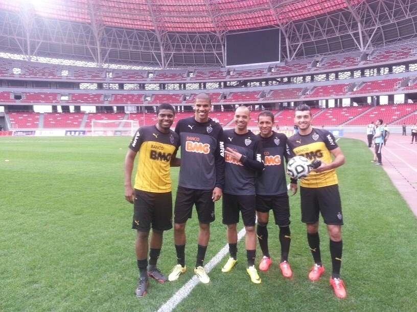 Diego Tardelli, entre Jemerson, Leonardo Silva, Pierre e Dátolo, durante treino do Atlético-MG na China