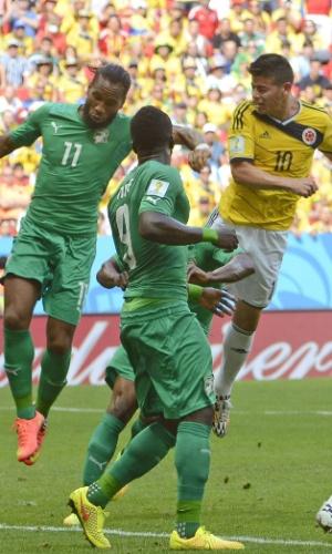 Drogba não consegue impedir gol de James Rodriguez pela Colômbia, em Brasília