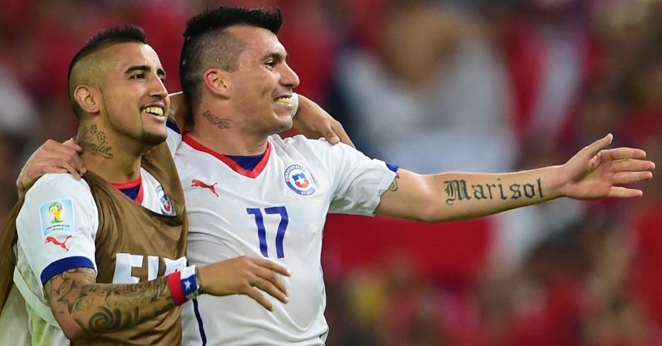 Estilos semelhantes e tatuagem no mesmo lugar no pescoço marcam os chilenos Arturo Vidal e Gary Medel
