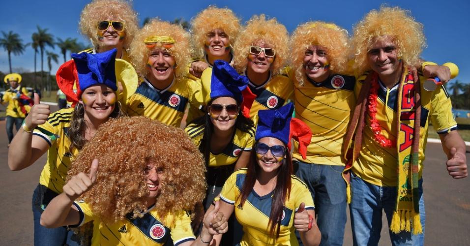 Fantasiados de 'Valderrama', torcedores colombianos chegam ao Mané Garrincha para o jogo contra a Costa do Marfim