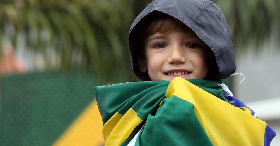Garoto dá seu apoio para a seleção brasileira em Teresópolis; time de Felipão retornou à Granja Comary nesta quinta-feira