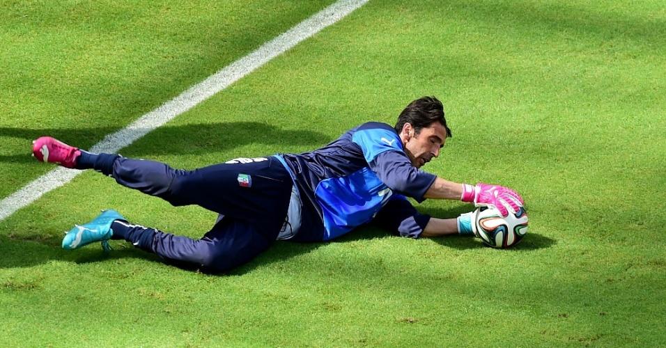 Gianluigi Buffon treina com a seleção da Itália e deve jogar contra a Costa Rica