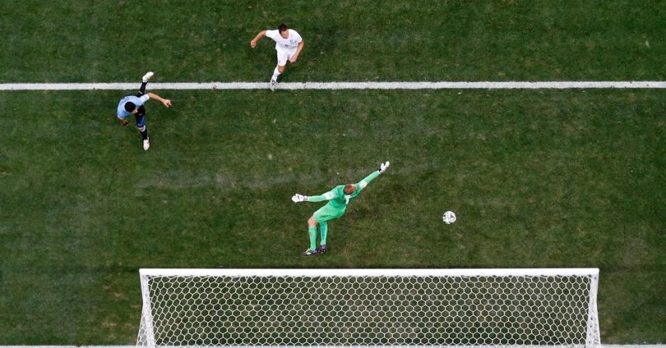 19.jun.2014 - Gol do Uruguai visto do alto. Uruguaio Suárez desloca o goleiro Joe Hart e marca o primeiro gol da partida