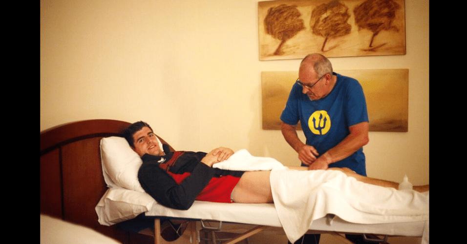 Goleiro belga Courtois recebe massagem durante a preparação da seleção para o próximo jogo na Copa, contra a Rússia, no domingo