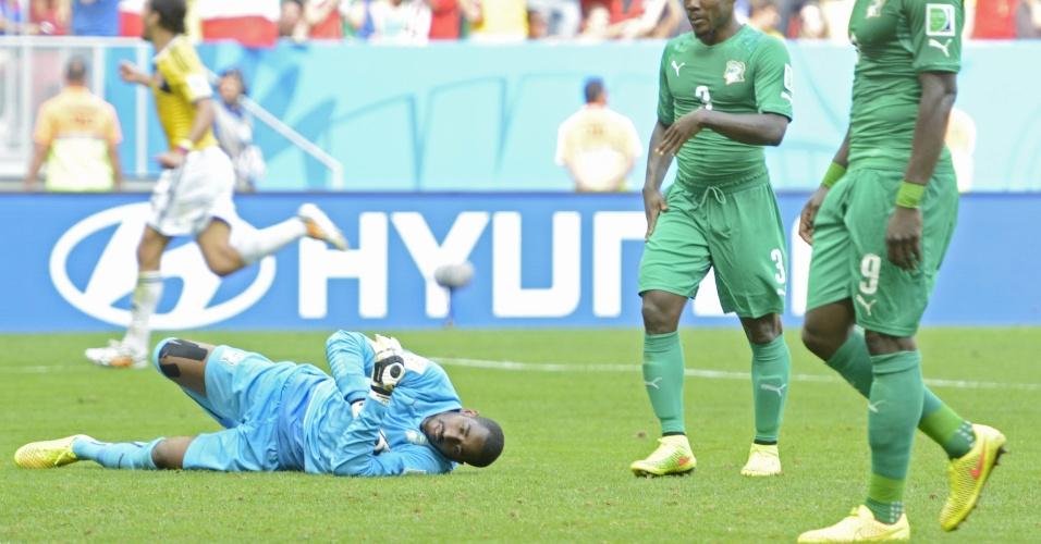 Goleiro Boubacar Barry, da Costa do Marfim, fica no chão após segundo gol da Colômbia