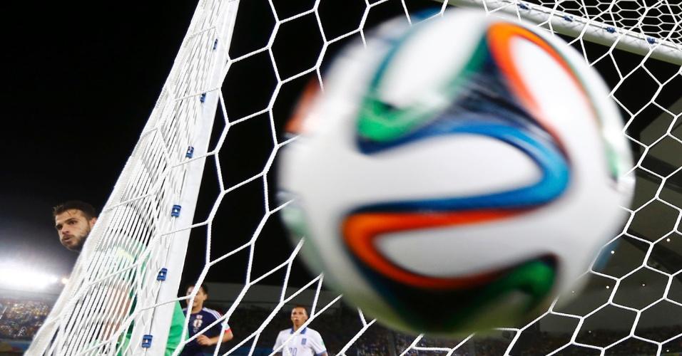 Goleiro grego Orestis Karnezis observa a bola ir para fora do seu gol