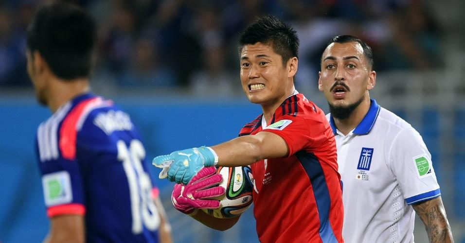 Goleiro japonês Eiji Kawashima faz sinal para companheiro durante o primeiro tempo do jogo contra a Grécia