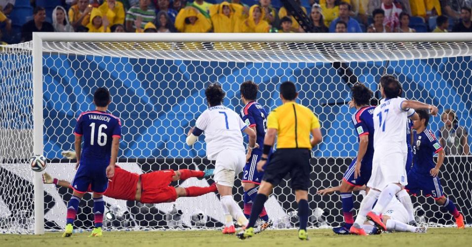 Goleiro japonês Eiji Kawashima se estica para fazer a defesa em finalização da Grécia