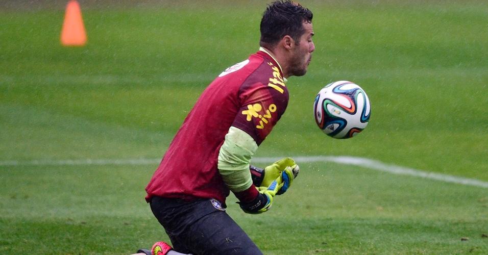 Goleiro Julio César tenta a defesa durante treino da seleção brasileira na Granja Comary nesta quinta-feira