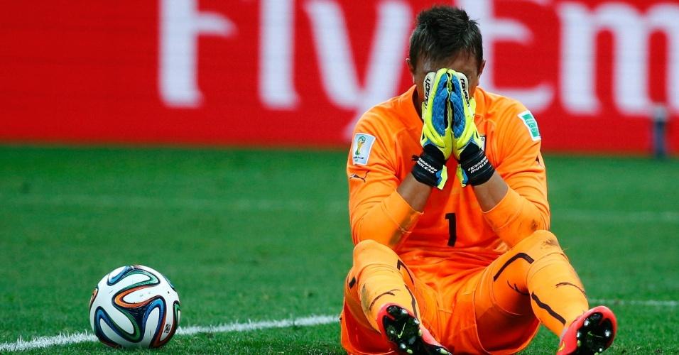 Goleiro Muslera leva as mãos ao rosto e lamenta o gol de empate da Inglaterra contra o Uruguai
