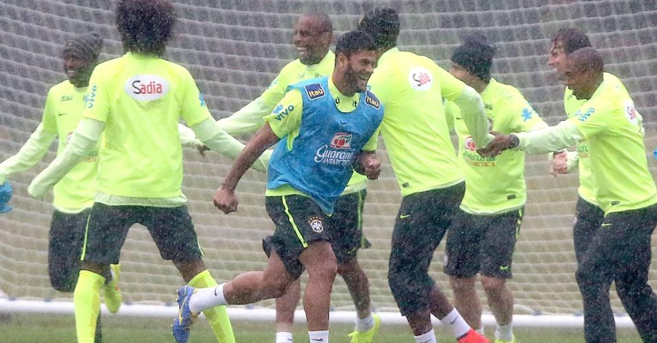 Hulk corre durante treino da seleção brasileira na Granja Comary
