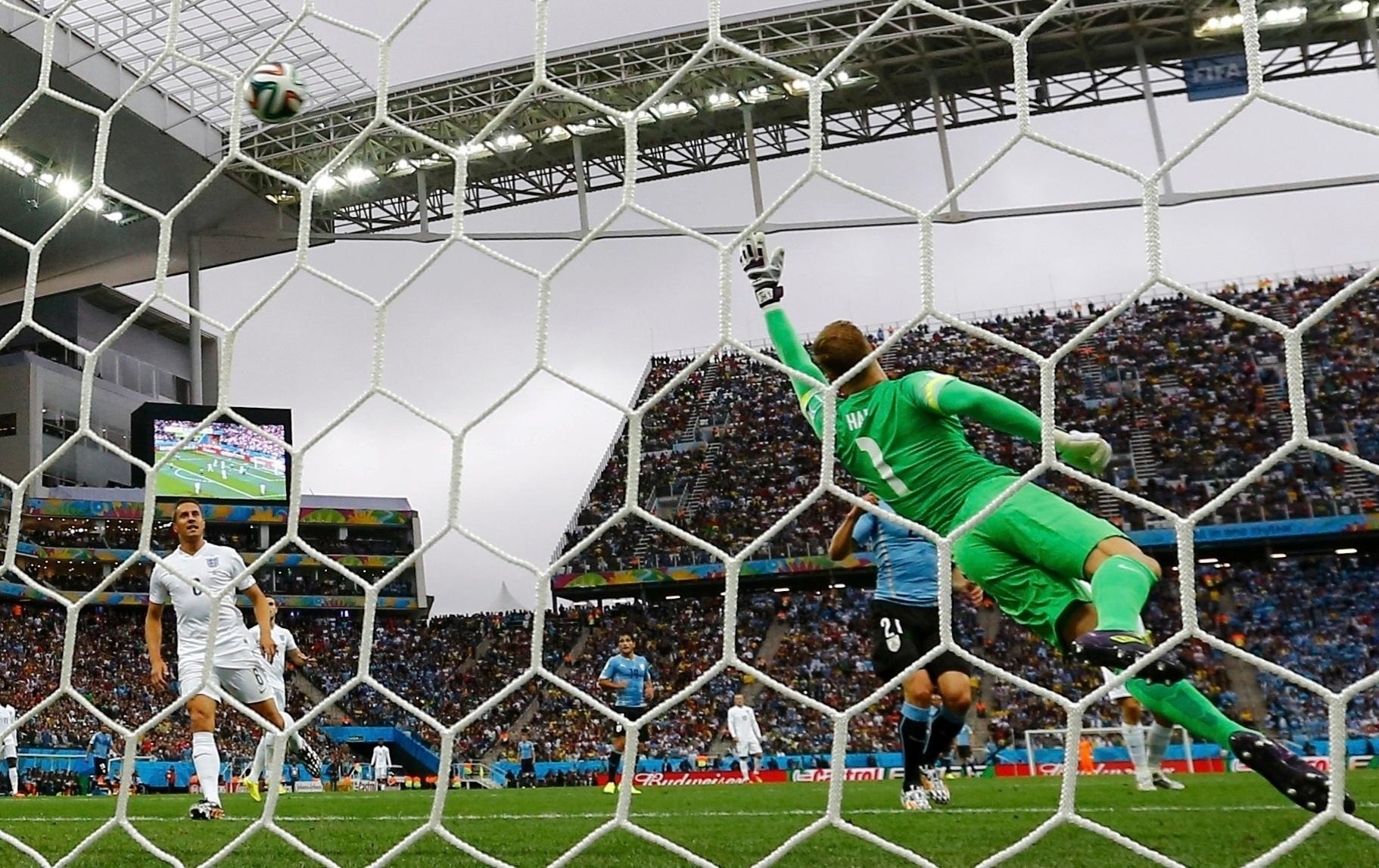 19.jun.2014 - Inglês Joe Hart pula para fazer boa defesa contra o Uruguai, pela segunda rodada da Copa do Mundo