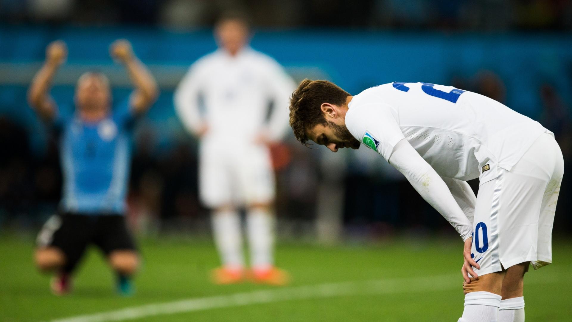 19.jun.2014 - Inglês Lallana se rende à seleção uruguaia depois da vitória dos sul-americanos por 2 a 1 no Itaquerão