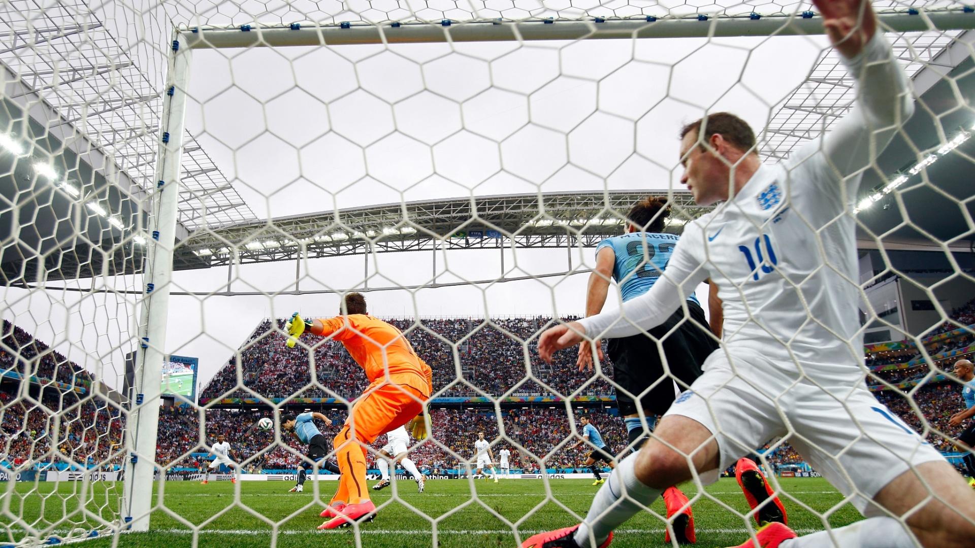 19.jun.2014 - Inglês Wayne Rooney fica caído dentro do gol após acertar a trave uruguaia no Itaquerão