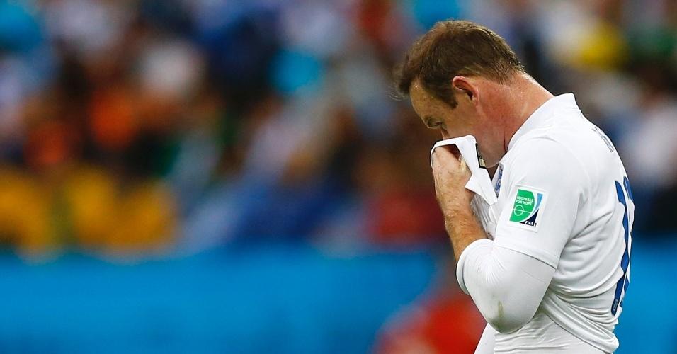 19.jun.2014 - Inglês Wayne Rooney parece desacreditar após desperdiçar oportunidade contra o Uruguai