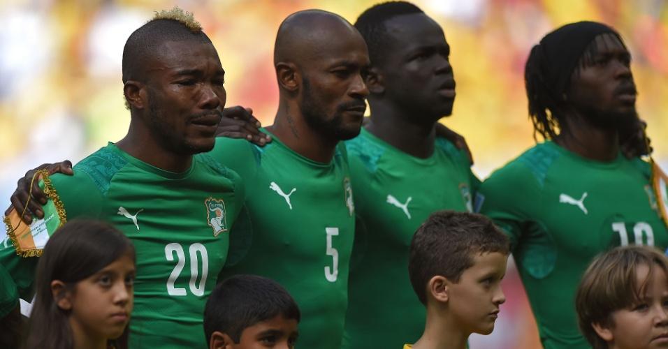 Jogador da Costa do Marfim Serey Die se emociona durante a execução do hino de seu país, no Mané Garrincha