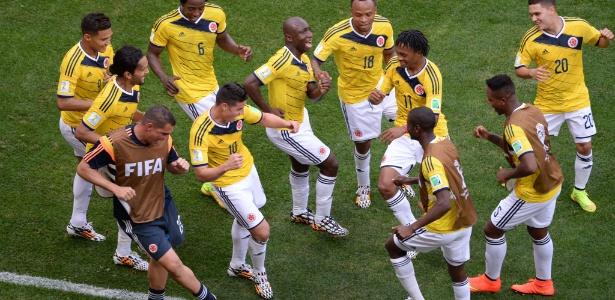Jogadores da Colômbia dançam após gol contra a Costa do Marfim