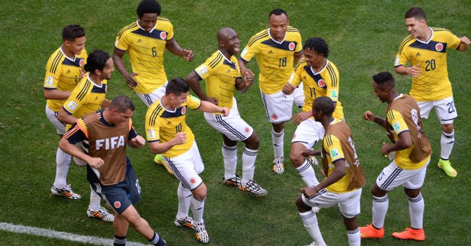 Jogadores da Colômbia comemoram com dança o primeiro gol da partida contra a Costa do Marfim
