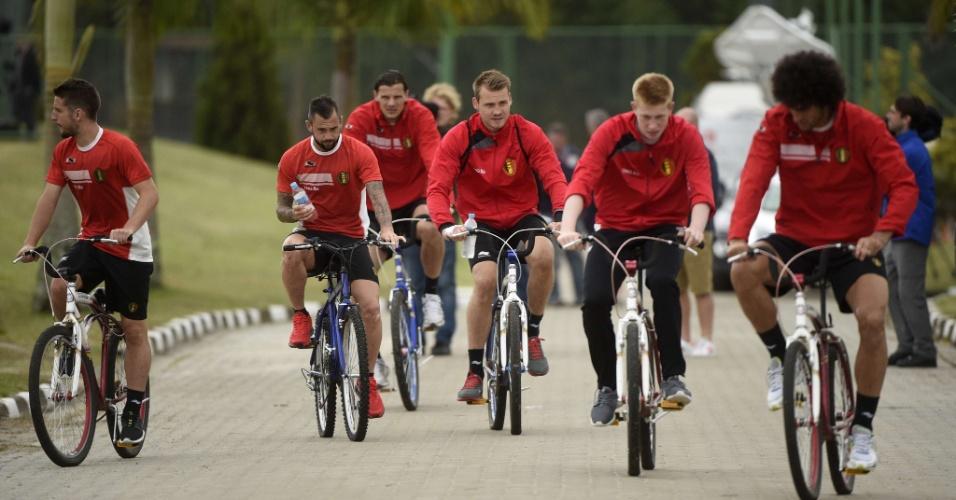 Jogadores da seleção da Bélgica andam de bicicleta após treino da equipe em Mogi das Cruzes
