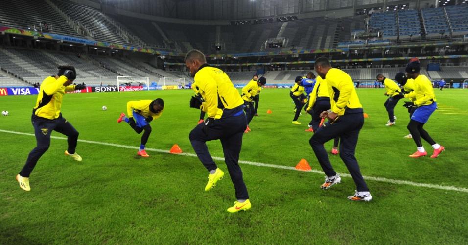 Jogadores do Equador treinam na Arena da Baixada, em Curitiba. A seleção entra em campo nesta sexta-feira, contra Honduras, às 19h
