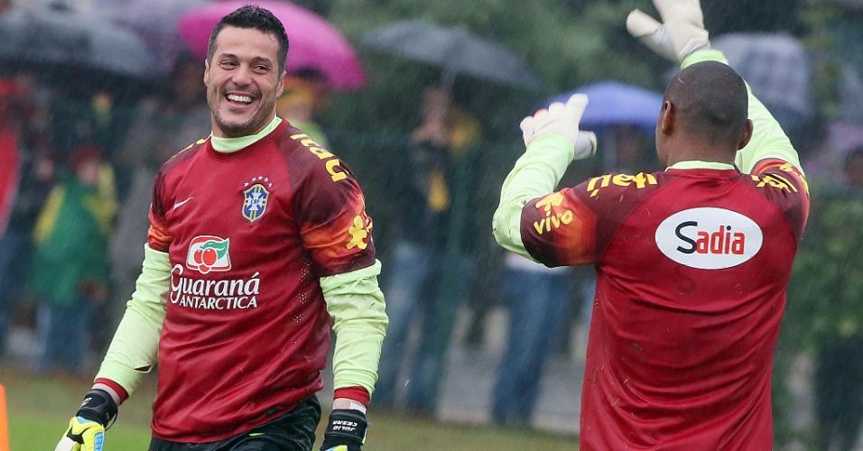 Julio César se diverte com Jefferson durante treino da seleção brasileira