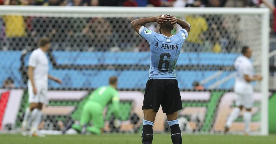 Lateral Álvaro Pereira leva as mãos à cabeça após ver o Uruguai perder chance de gol contra a Inglaterra