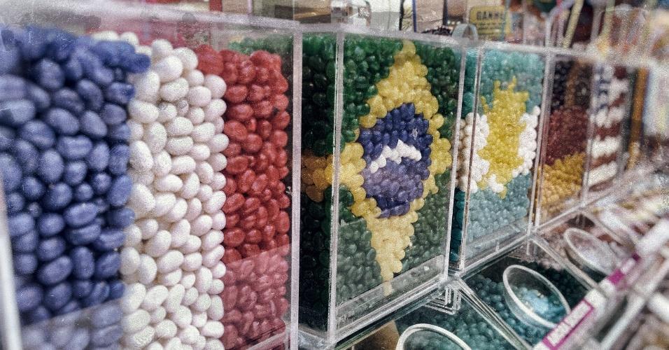 Loja de doces decora jujubas com bandeiras de países da Copa