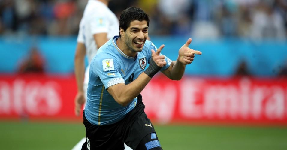 19.jun.2014 - Luis Suárez comemora após abrir o placar para o Uruguai contra a Inglaterra, no Itaquerão