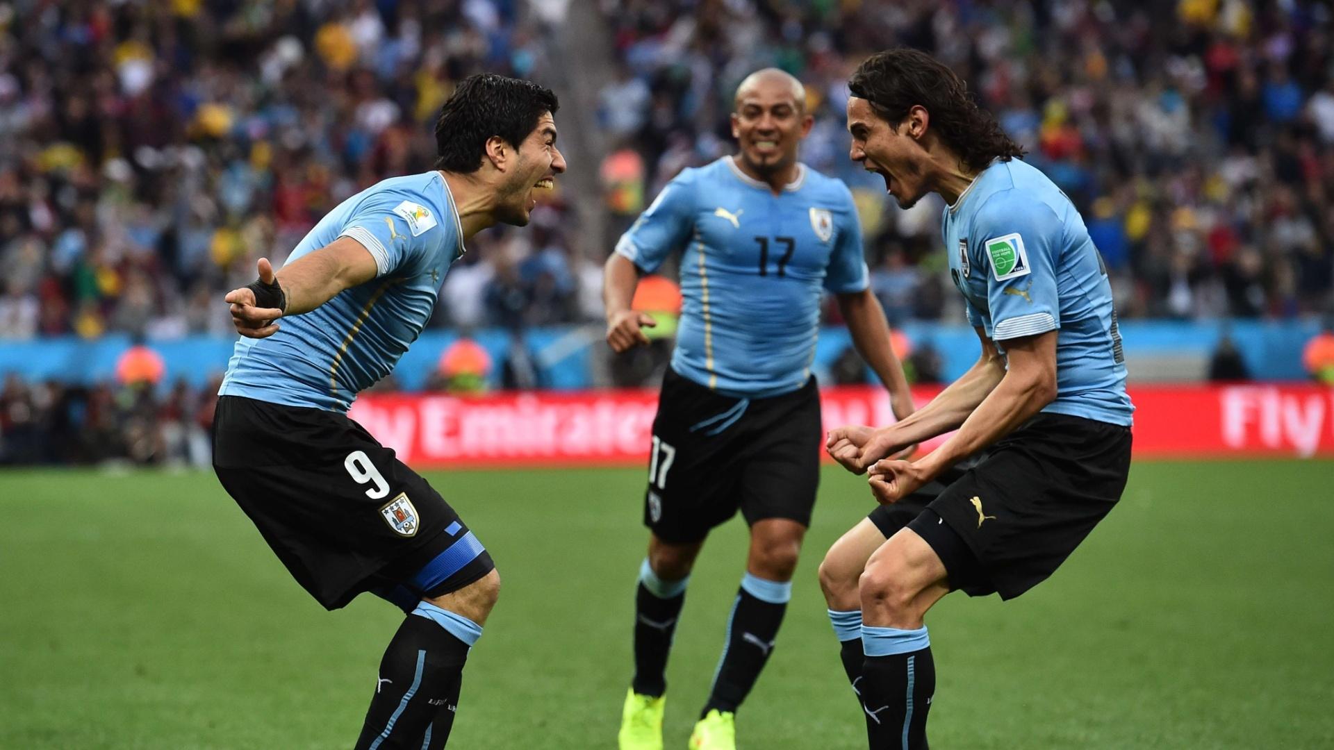 19.jun.2014 - Luis Suárez comemora com Cavani após gol na vitória uruguaia por 2 a 1 sobre a Inglaterra