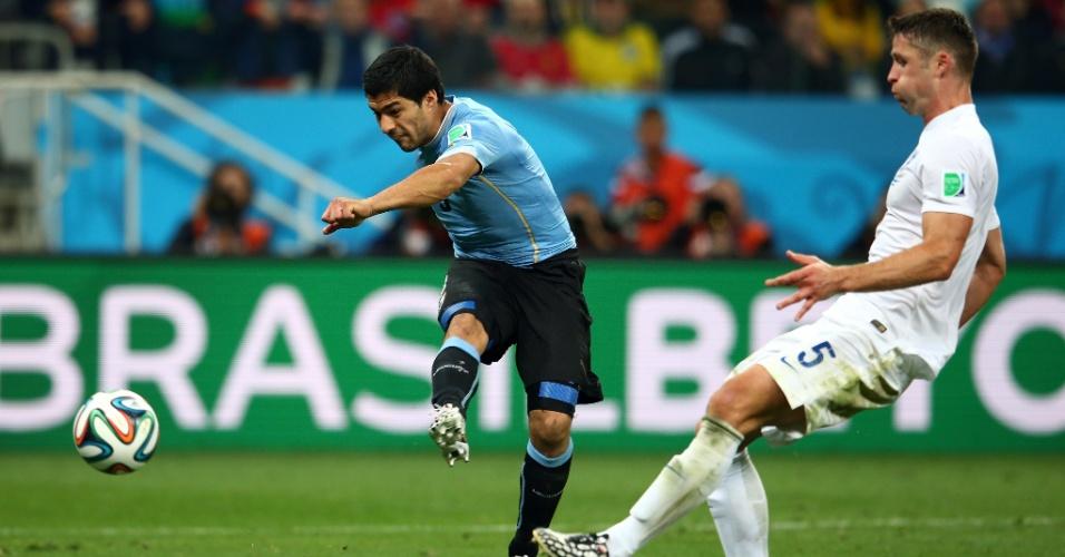 19.jun.2014 - Luis Suárez solta a bomba de direita e faz o gol da vitória uruguaia sobre a Inglaterra por 2 a 1, no Itaquerão