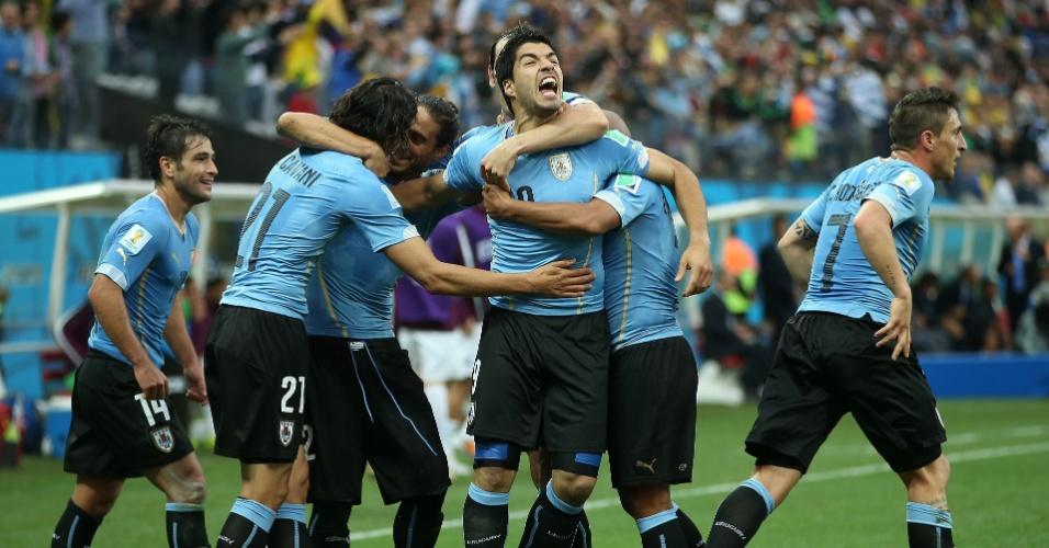 19.jun.2014 - Luis Suárez vibra com seus companheiros uruguaios após abrir o placar contra a seleção inglesa no Itaquerão