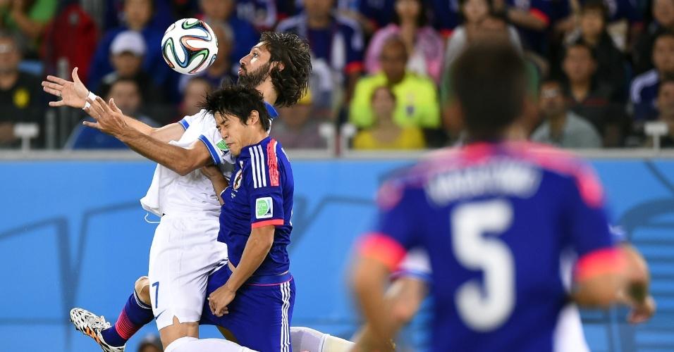 Marcado de perto por Atsuto Uchida, grego Georgios Samaras se prepara para matar a bola no peito