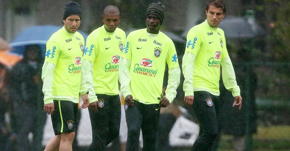 Maxwell, Fernandinho, Ramires e Henrique durante treino do Brasil