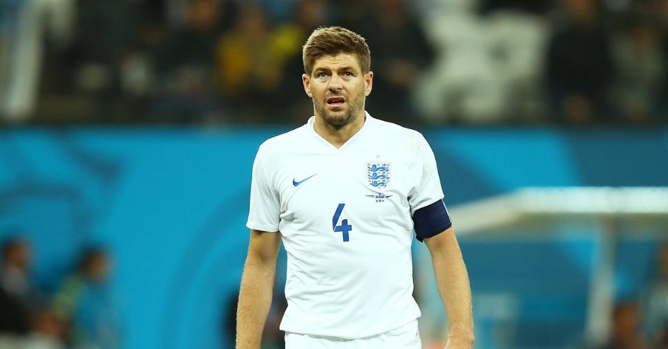 19.jun.2014 - Meia Steven Gerard demonstra tristeza após a derrota da Inglaterra para o Uruguai por 2 a 1