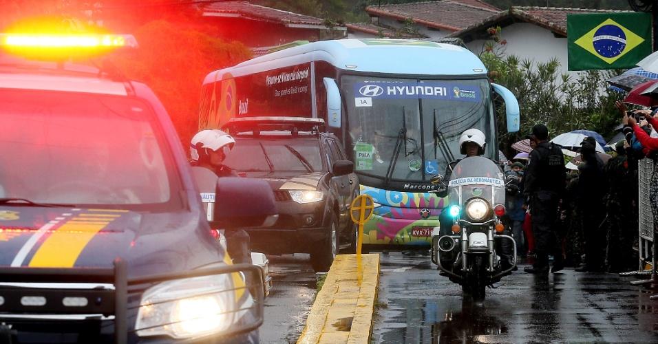 O ônibus da seleção chegou escoltado, sob chuva e foi recebido por dezenas de torcedores na Granja Comary