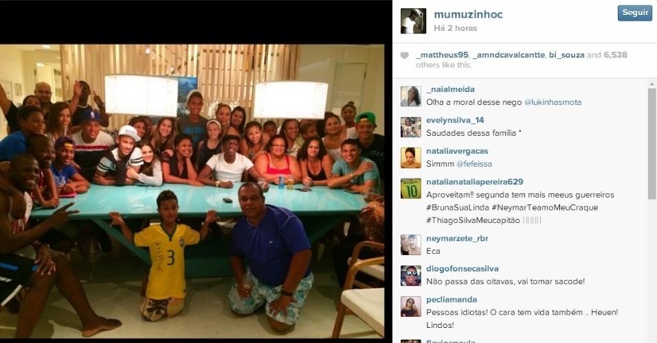 Pagodeiro Mumuzinho divulga foto do churrasco na casa de Thiago Silva