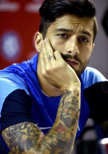Panagiotis Kone, com seu visual hipster, tem tatuagens no braço